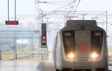 train at Delhi Metro station at Yamuna Bank