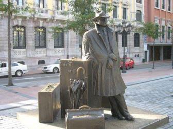 El_viaxeru_d'Urculo - traveler statue